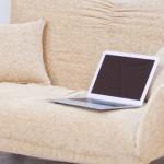 パソコンとソファ