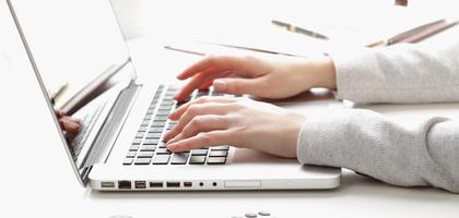 PCとタイピングする女性の手